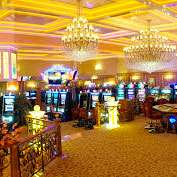 Жена министра Омана подала иск на казино